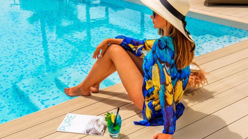 Chica sentada en piscina