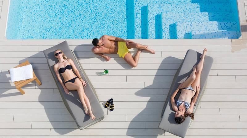 Gente relajada en piscina