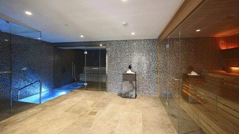 Sauna con piscina