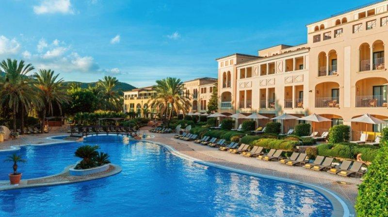 The pool and main building of Steigenberger Golf & Spa Resort Camp de Mar