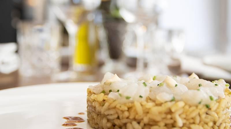 Pequeño arroz seco con carpaccio de pies de cerdo y tartar de gamba de Palamós
