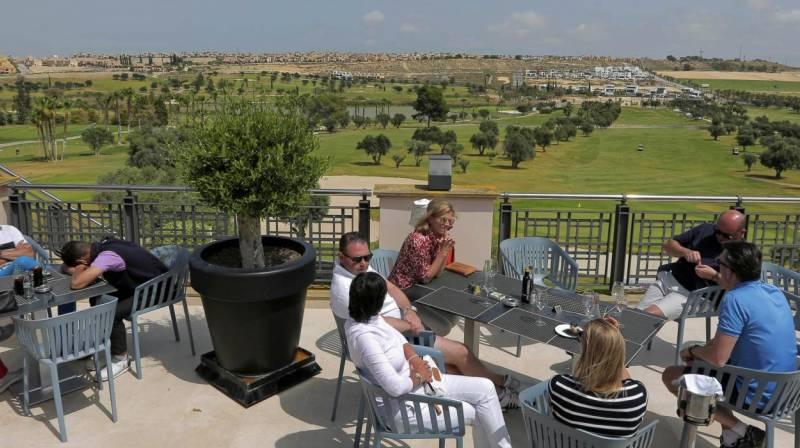 almuerzo con vistas a golf