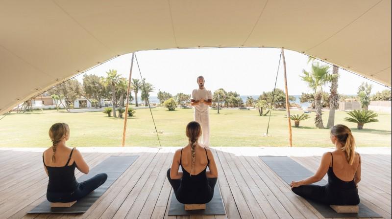 Yoga y desayuno en Gecko Hotel & Beach Club, Formentera