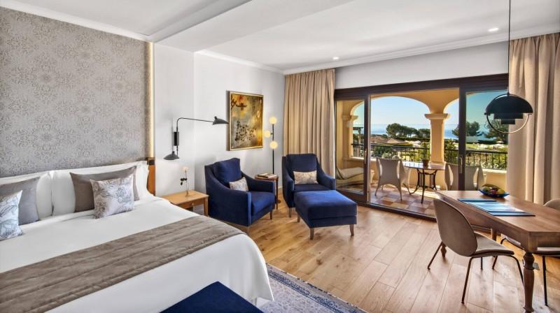 Alojamiento con Cena y Desayuno en una Junior Suite con vistas al mar