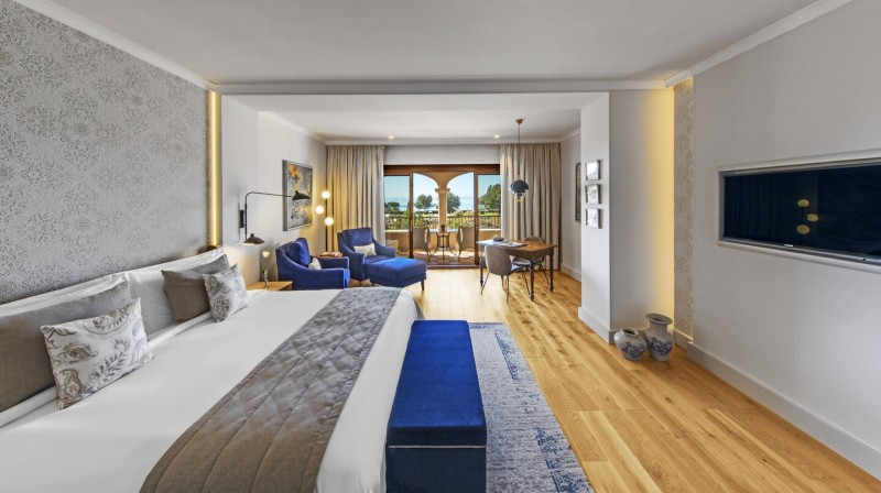 Accommodation & Breakfast in a Junior Suite Sea View